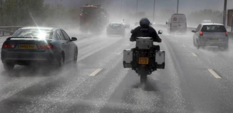 Jazda-motocyklem-w-deszczu-938x455